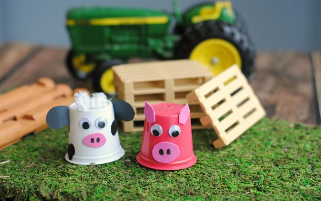 Get your preschooler or even older kids excited about a trip to the farm, apple orchard, or pumpkin patch this fall by making these easy DIY upcycled K-Cup Farm Animals! Use recycled coffee pods and a few other supplies to make these adorable cow and pig animals, perfect for pretend play!
