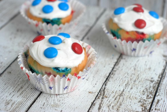 If you're looking for easy and cute recipe ideas for the 4th of July, check out these Red White and Blue Patriotic Cupcakes! Whether you're making dessert for your kids at home or making food for a crowd at a 4th of July party or BBQ, these are easy to make and delicious to eat!