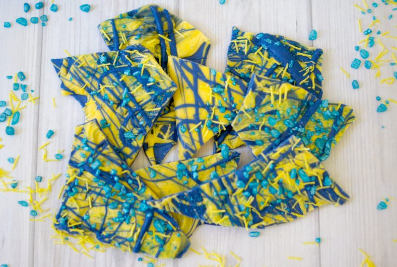 Having a Finding Dory birthday party or just want to keep celebrating the awesome new movie? Get the recipe for this easy homemade blue and yellow candy bark and just keep swimming!