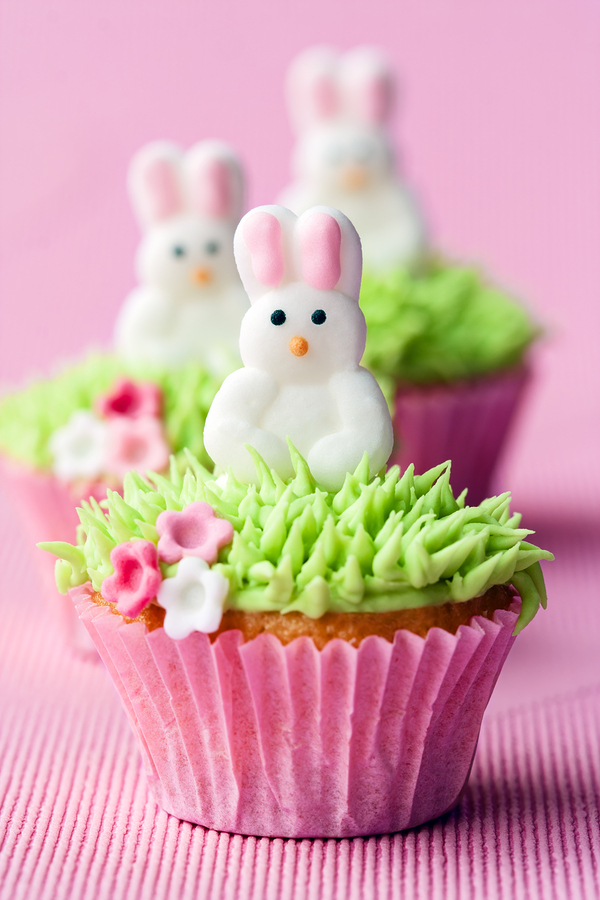 Who doesn't love adorable Easter cupcakes? Whether you prefer chocolate or vanilla, carrots or the Easter Bunny, filled or topped with Mini Eggs, you'll find something perfect for you or your kids here! Get 25 delicious and creative Easter cup cake recipes and ideas- everything from fancy Easter baskets to easy nests with bird and chick decorations.