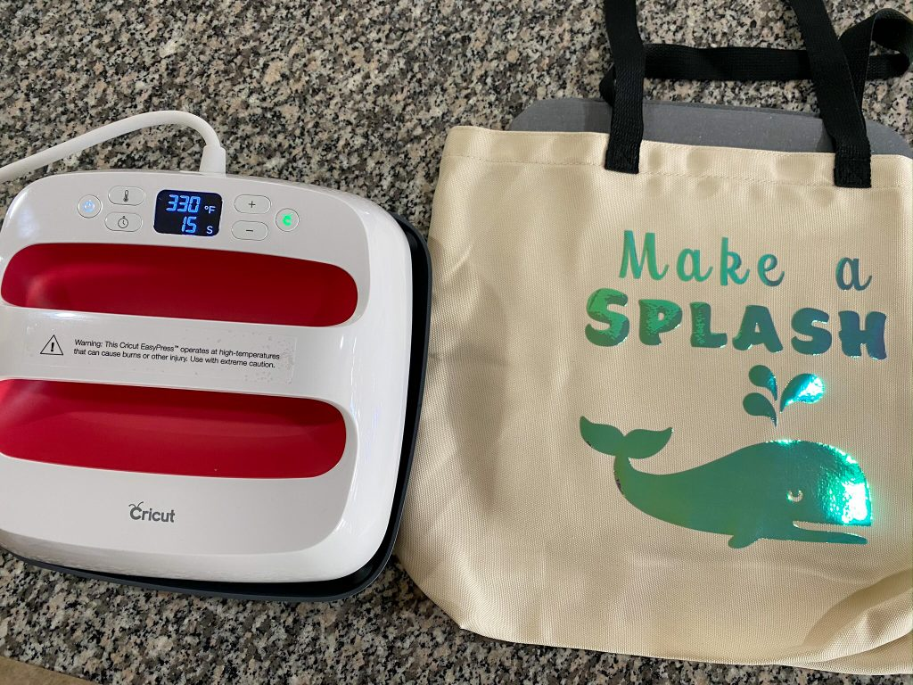 Want the perfect tote bag for storing swimsuits, flip flops, and more beach essentials or pool must haves this Spring Break or summer? Come check out how you can easily make this tote bag {or your own ideas!} using Cricut machines and heat transfer vinyl! It's so easy and makes a great project for kids too!